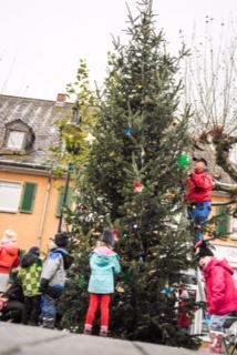 Der Baum wird geschmückt